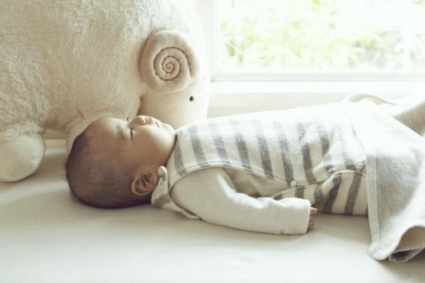 赤ちゃん 布団で寝ない